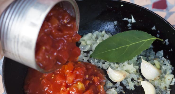 añadimos el tomate, sal y endulzante