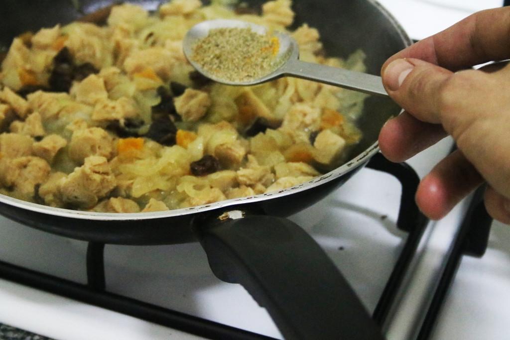 Añade el caldo y las aromáticas y deja reducir. Vuelve a echar el caldo 3 veces y reduce. Ya tienes el relleno