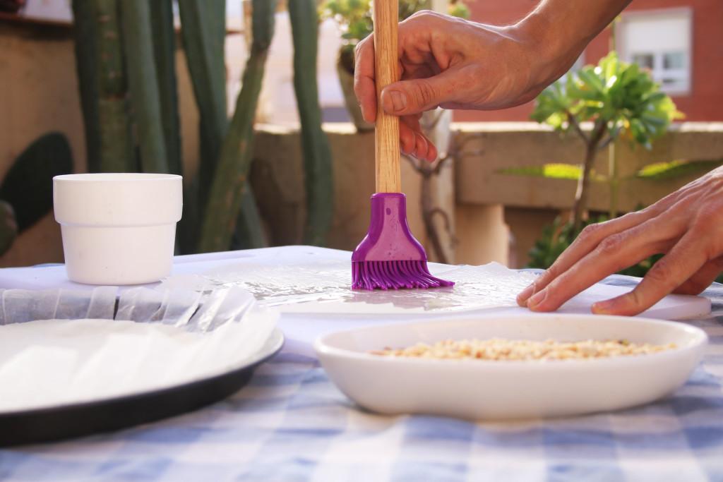 Pinta las dos primeras hojas de filo con aceite de girasol