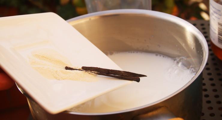 Añade a la leche de arroz la vainilla y el agar. Hervimos por 15 minutos a fuego suave