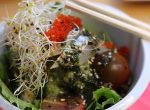 Ensalada de lentejas con arroz, mezclum, algas, caballa y vinagreta japonesa de pepino.
