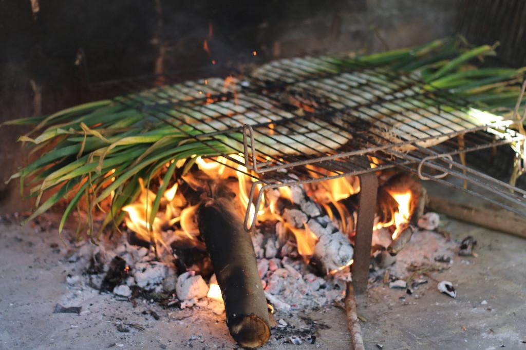 Pon la parrilla encima de las llamas