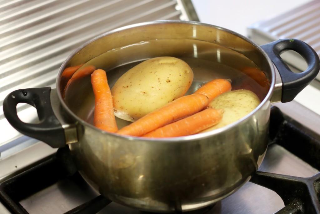 Cuece las patatas y las zanahorias. Sin pelar.