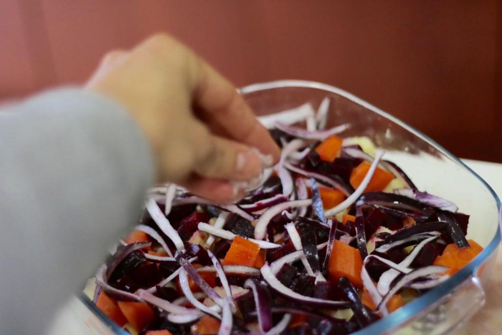 Añade sal y pimienta a todos los ingredientes por encima