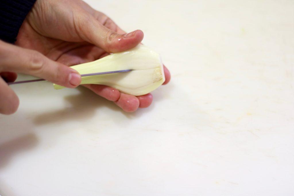 Corta levemente la primera capa de la cebolleta