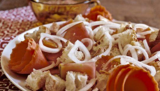 Ensalada de tomate, pan y ajo con truquete