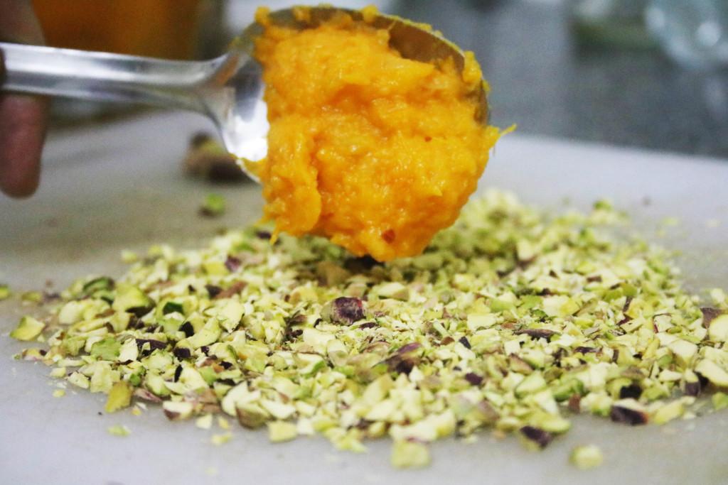 añade una cucharada sobre los pistachos